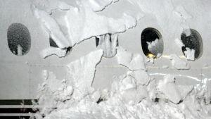 Luminen lentokone Helsinki-Vantaan lentokentällä 12. joulukuuta.