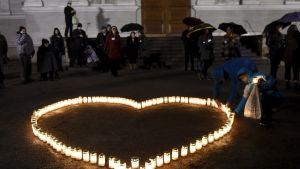 Osallistujat sytyttivät kynttilät itsemurhan tehneiden muistoksi kynttilätapahtumassa Vanhan kirkon edustalla Helsingissä 19. marraskuuta 2017.