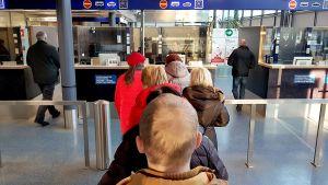 Venäläisiä turisteja jonottamasaa Nuijamaan rajatarkastusasemalla passintarkastukseen.