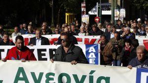Mielenosoittajat protestoivat Kreikan hallituksen suunnittelemia budjettileikkauksia Ateenassa.