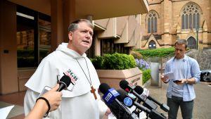 Sydneyn arkkipiispa Anthony Fisher puhui toimittajille.