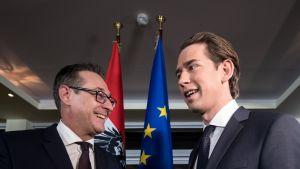 Kuvassa oikealla Sebastian Kurz ja vasemmalla Heinz-Christian Strache. Taustalla Itävallan ja EU:n liput.