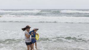 Äiti ja lapsi uimarannalla Australiassa.