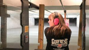 Nainen harjoittelee ampumista.