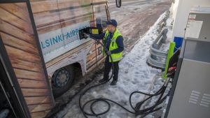 Kuljettaja Kimmo Vehkaoja tankkaa lentokenttäbussiin uusiutuvaa dieseliä Helsinki-Vantaan lentoasemalla 14.12.2017.