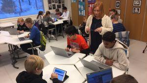Mansikkamäen kuutosluokkalaiset opettelevat koodausta luokassa