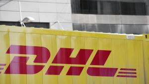 DHL:n logo kuorma-auton kyljessä.