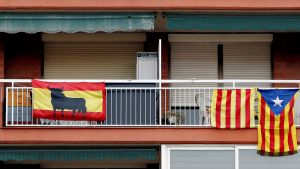 Katalonian ja Espanjan liput talon vierekkäisillä parvekkeilla Badalonassa.