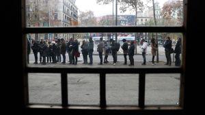 Äänestäjät jonottivat äänestyspaikan edustalla Barcelonassa.