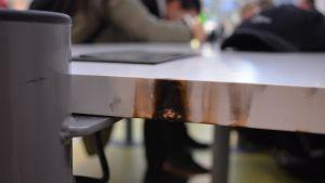 Kauppakeskuksissa on muun muassa poltettu pöytiä tupakansytyttimillä.