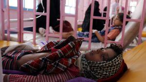 Koleraan sairastunut lapsi saamassa hoitoa Jemenin pääkaupungissa Sanaassa syyskuussa 2017.  Suurin osa jemeniläisistä ei saa tarvitsemaansa sairaanhoitoa.