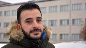 Turvapaikanhakija Ali Al-Saedy Kauhavan vastaanottokeskusalueen pihamaalla.