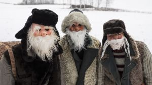 Tastulan kyläpukit talvimaisemassa.