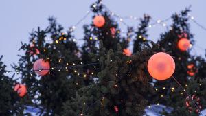 Jouluvalot ja koristeita kuusessa.