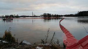 Öljypuomi Harjavallassa Kokemäenjoella