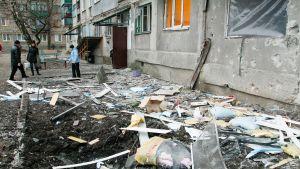 Paikalliset asukkaat tarkastavat rakennustuhoja Itä-Ukrainassa