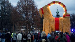 Gävlen perinteinen olkipukki kuvattuna Ruotsissa 29. joulukuuta.