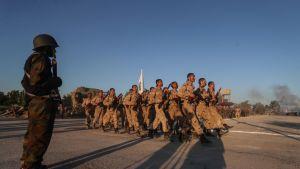 Syyrialainen oppositioryhmä Jaish al-Islamin sotilaita marssilla Damaskoksen ulkopuolella.