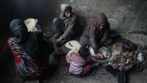 Syyrialaisperhe askareissaan Itä-Ghoutassa