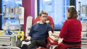 Janne Hietala luovuttaa verta Jyväskylän veripalvelutoimistolla.