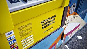 Lähikuvassa Nosto-käteisautomaatin mainoslause ja korttivaihtoehdot.