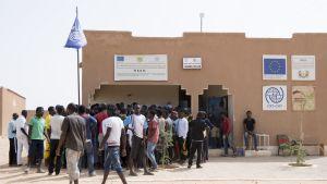 Siirtolaisia Kansainvälisen siirtolaisuusjärjestön toimiston IOM:n edustalla Agadezissa.