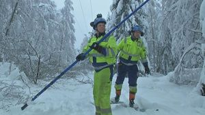 Sähköyhtiön verkostoasentajat maastossa