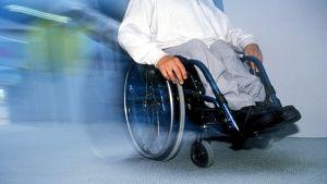 Pyörätuolilla liikkuva henkilö.