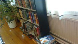 Böckerna ligger i högar på golvet i biblioteket i Ingå.