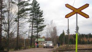 Den farliga plankorsningen vid Albackavägen i Karis kanske ersätts med en ny rörtunnelanslutning.