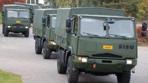 Sisus 4x4 terränglastbilar utanför fabriken i Karis.