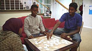 Mahamud Osman Ali och Mowliid Abdullahi Mahamed spelar ett spel.