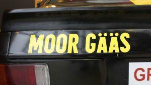 """""""Moor gääs"""" - exempel på så kallad rallyengelska"""