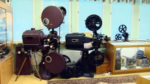 Två gamla filmkameror på museum