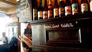 En bar har skrivit på väggen namnet på det öppna nätverket samt lösenordet.
