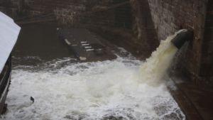 Vattnet forsar in i torrdockan i Sveaborg