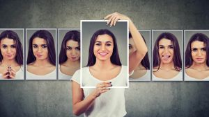 Persoonallisuus muuttuu vain vähän - monta minuutta auttaa sopeutumaan eri tilanteisiin