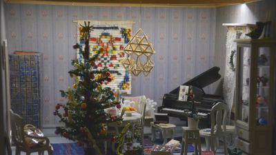 Joulukuusella ja koristeilla sisustettu nukkekodin huone 1af97c25b4