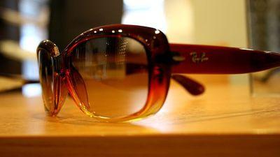 Tyylikkäät aurinkolasit hehkuvat ruskean 2831466ee2