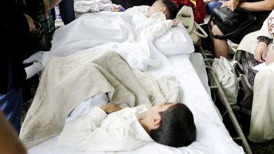 Ympärileikatut pikkupojat lepäävät operaation jälkeen. 80575b9991