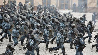 Mellakkapoliisit juoksevat ryhmässä. a797999fc4