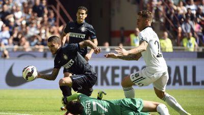 Interin Mauro Icardi karkaa maalintekoon Sassuolon maalivahti Andrea  Consiglin ohi. d1da0ec0c6