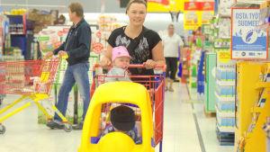 Linda Norrgård från Böle med barnen Felicia och Isak på Citymarket.