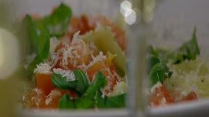 Hemlagad pasta med tomater och basilika.