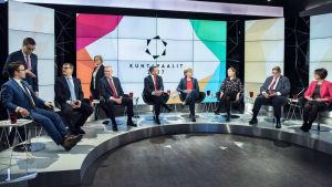 Partiledarna sitter i en halvcirkel i Yles studio under valdebatten inför kommunalvalet 2017.