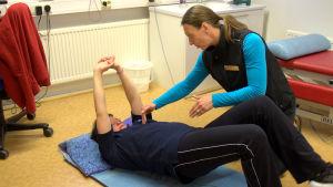 Camilla Eriksson får fysioterapi av Ann-Catrin Jansson.
