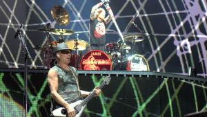 Rudolf Schenker på gitarr och James Kottak på trummor.