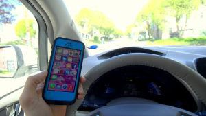 Det är olagligt att använda mobiltelefon och köra bil samtidigt.