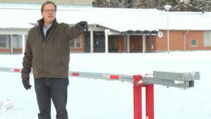 Keijo Paananen, rektor vid Etelänummi skola i Jakobstad, visar hur bilen hade kört.