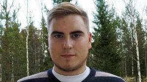 En bild på en man med en randig tröja.